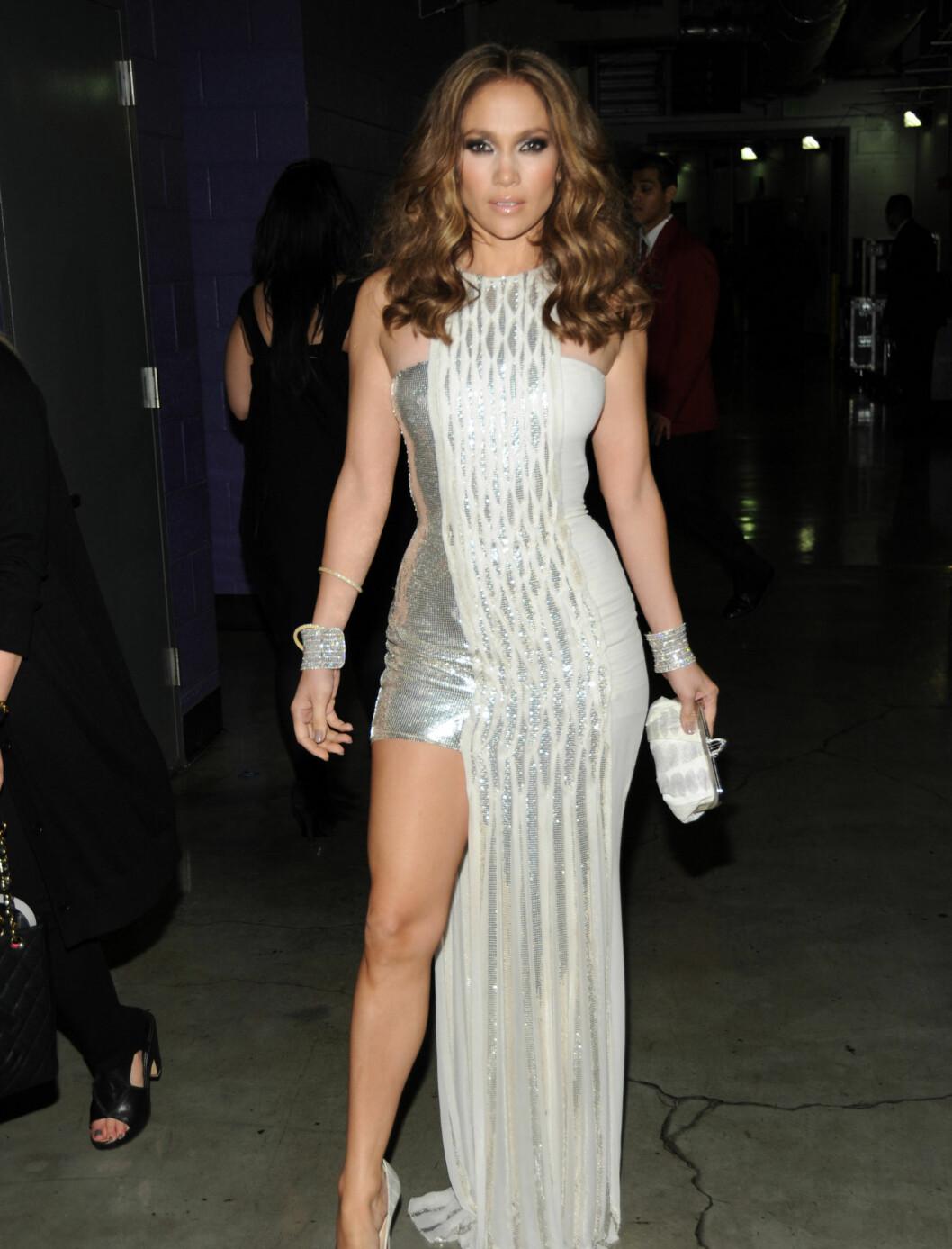 PÅ HØYE HÆLER: Jennifer Lopez kom i denne flotte kjolen fra Versace,  Foto: All Over Press