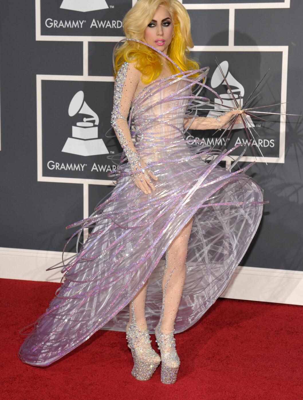 RAR FRA TOPP TIL TÅ: Lady Gaga overrasker alltid i klesveien. Denne gangen sammarbeidet hun med Giorgio Armani.  Foto: All Over Press