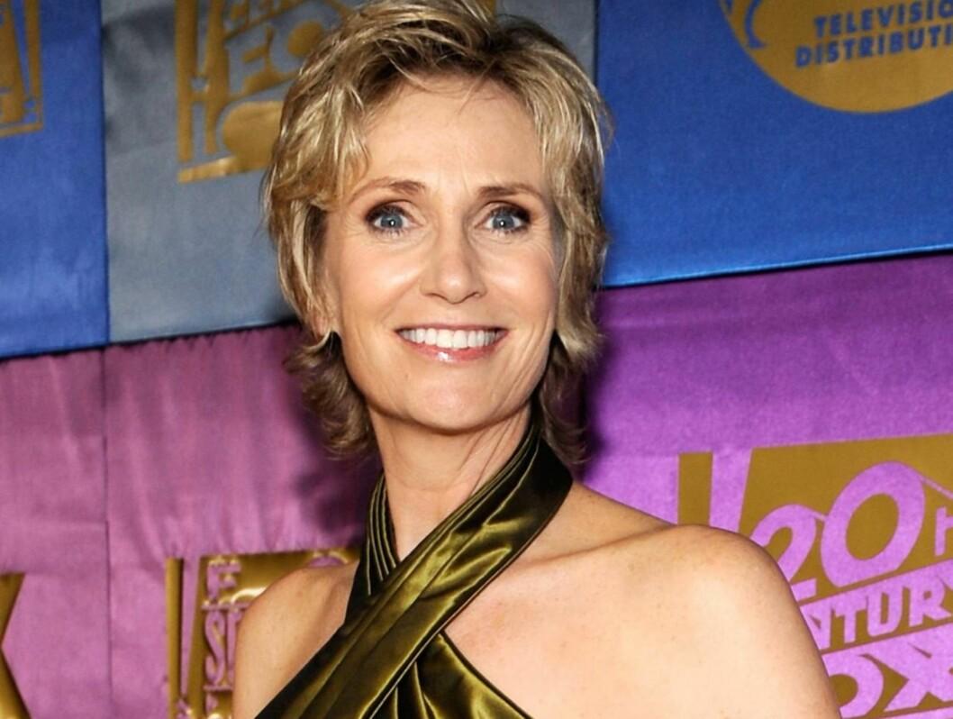 FORLOVET: Jane Lynch skal ha forlovet seg med kjæresten Lara Embry. Foto: All Over Press