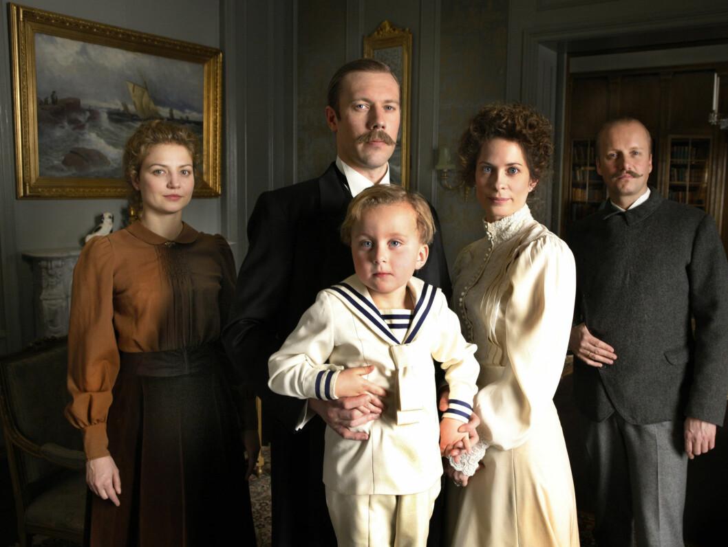 <strong>NY SERIE:</strong> Hallvard Holmen spiller Fridtjof Nansen i TV-serien.  Her sammen med dronning Maud (Maria Bonnevie) og kronprins Olav  (Victor Andersen).  Foto: NRK