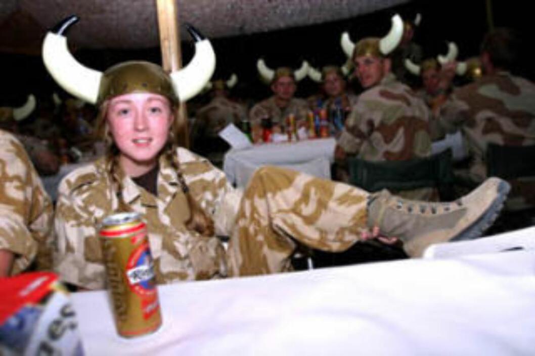 <strong>BERNIE THE BRIT:</strong> Den britiske korporalen Bernie Briggs er her fotografert av Forsvaret under vikingfesten i Irak i 2004. Foto: Forsvaret
