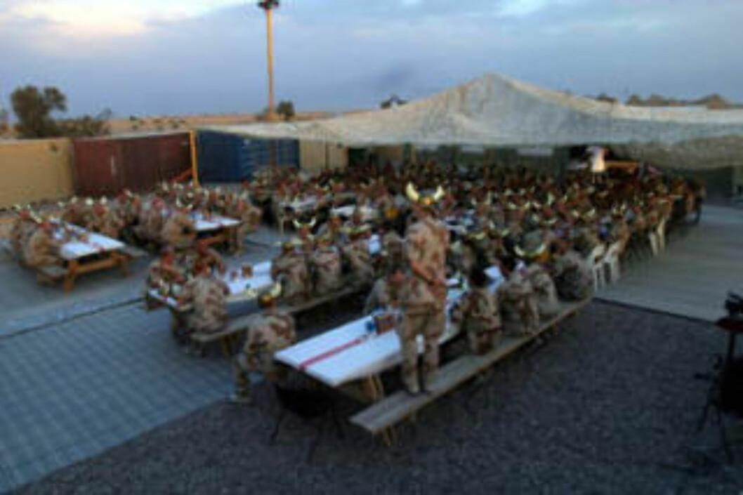 <strong>ALIIERT FEST:</strong> Her er 200 vikinger samlet til fest i Irak. Dette var de norske styrkenes måte å feire sammen med allierte fra Storbritannia, Danmark, Nederland, Tsjekkia og New Zealand. Foto: Forsvaret