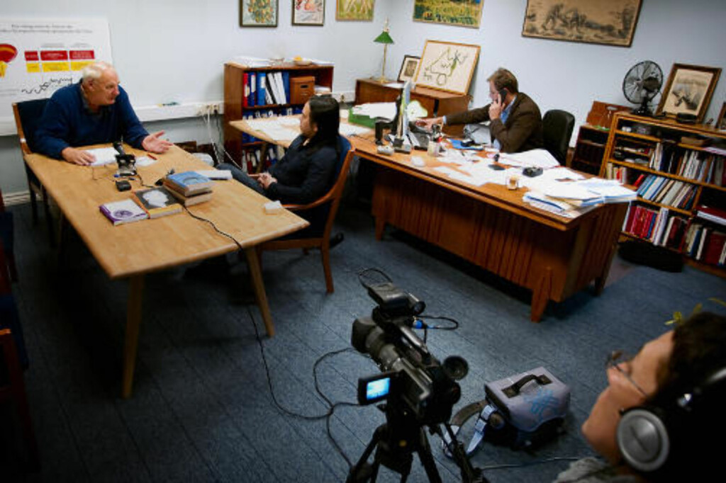 AVBRUTT: Dagbladets intervju med Hamer inne på advokat Erik Bryn Tvedts kontor måtte avbrytes. Han nektet å svare på kritiske spørsmål. 75-åringens samboer (t.h.) filmet seansen. Foto: BJØRN LANGSEM/DAGBLADET