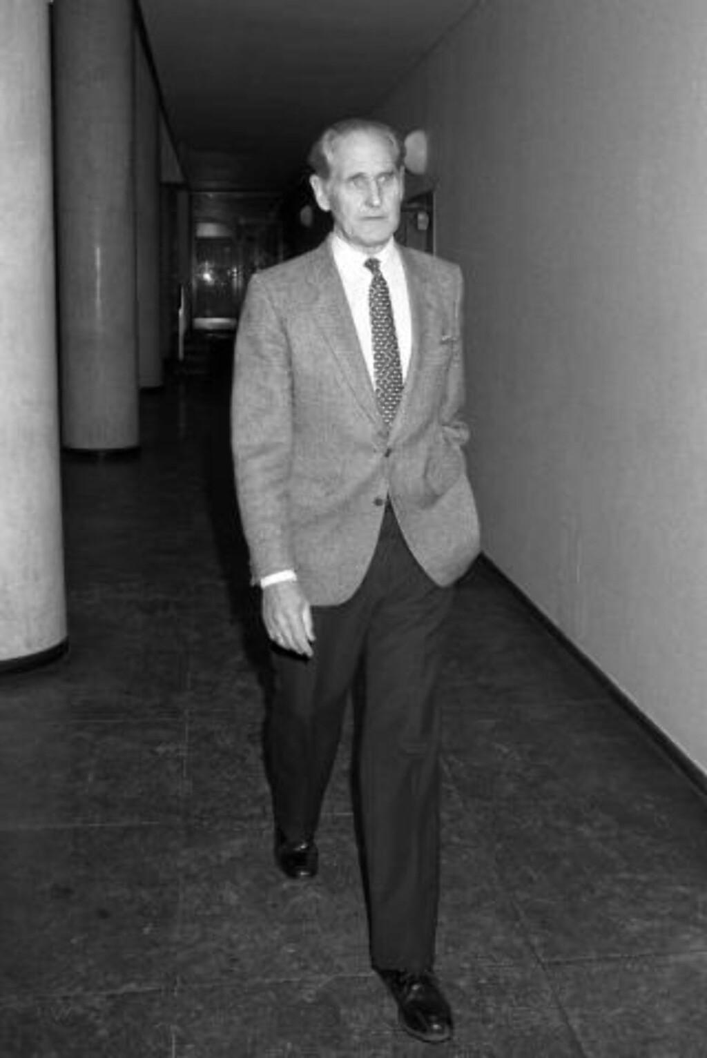 INFORMERTE OM ELEKTRONISK OVERVÅKNING: POTs etterforskningsleder i Treholt-saken Ørnulf Tofte fortalte om videoovervåkningen til Lund-kommisjonen i 1996.  FOTO: Bjørn Sigurdsøn / SCANPIX