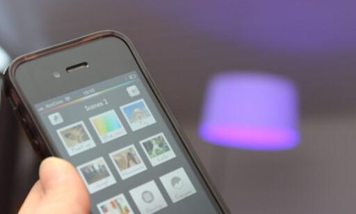 STYR LYSET FRA MOBILEN: Smart-lampene kan styres fra mobilen, og kan ha mange forskjellige funksjoner - som å skifte farge på lyset. Foto: Kristin Sørdal
