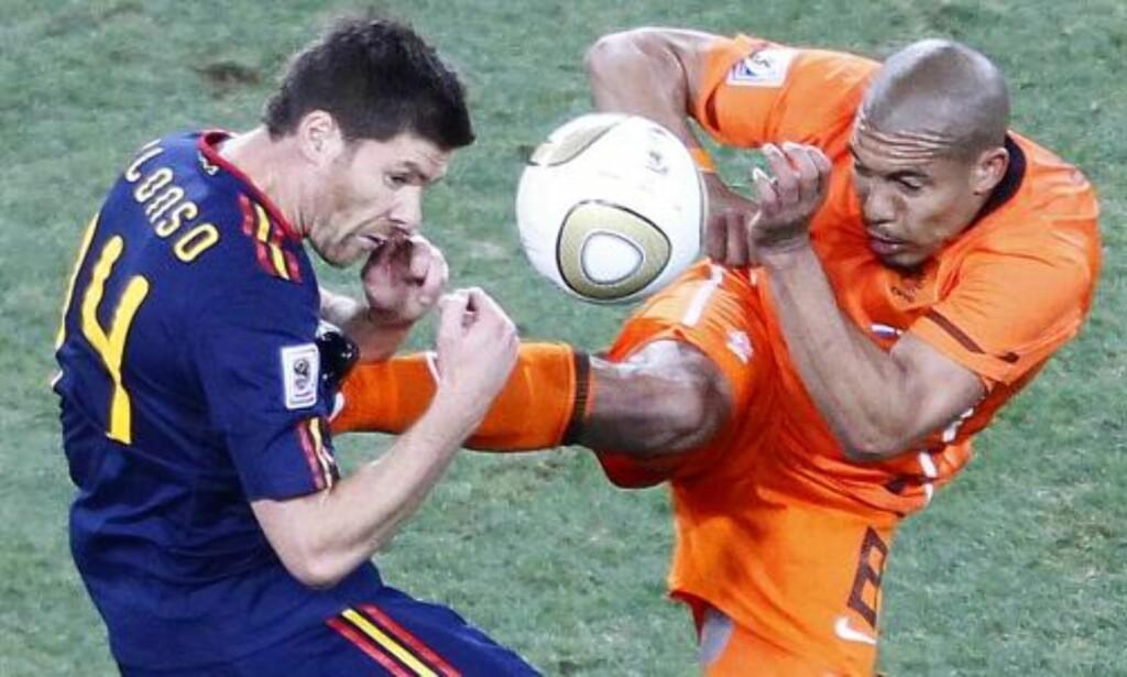HUSKER DU? Nigel de Jong har bommet på ballen før. Her er det spanske Xabi Alonso som får smake knottene under VM-finalen i Sør-Afrika. Foto: Kim  Ludbrook, EPA/Scanpix