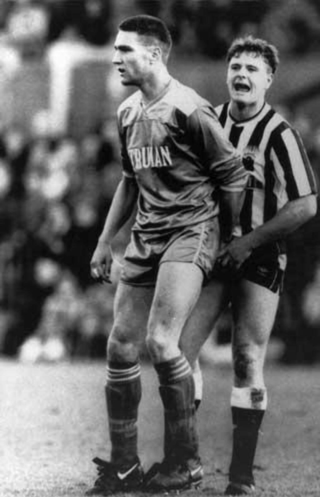 KLASSISK: Vinnie Jones tar for seg av Paul Gascoigne i 1987. Foto: Scanpix