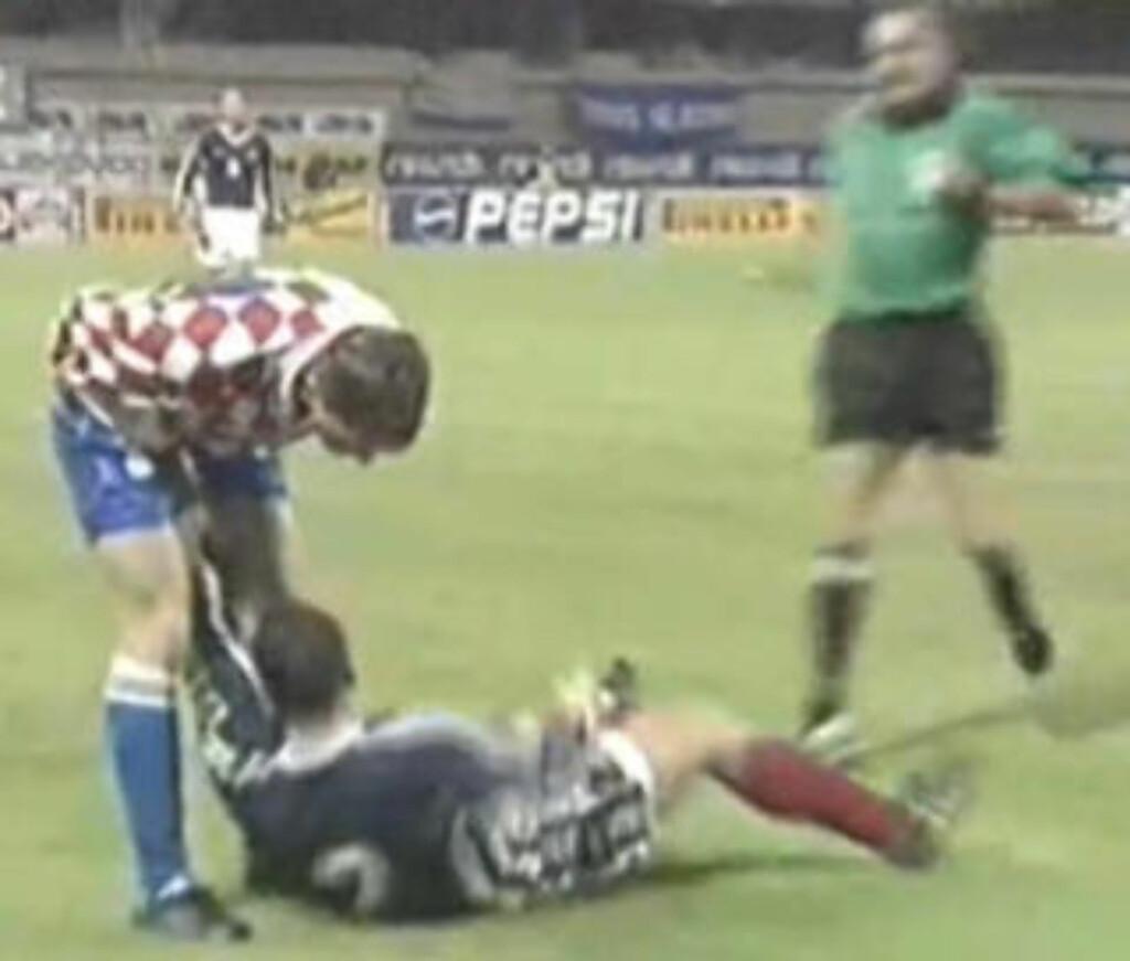 TA DEN: Her får Robert Jarni kjenne fingrene til Zoarn Mirkovic. Foto: YouTube