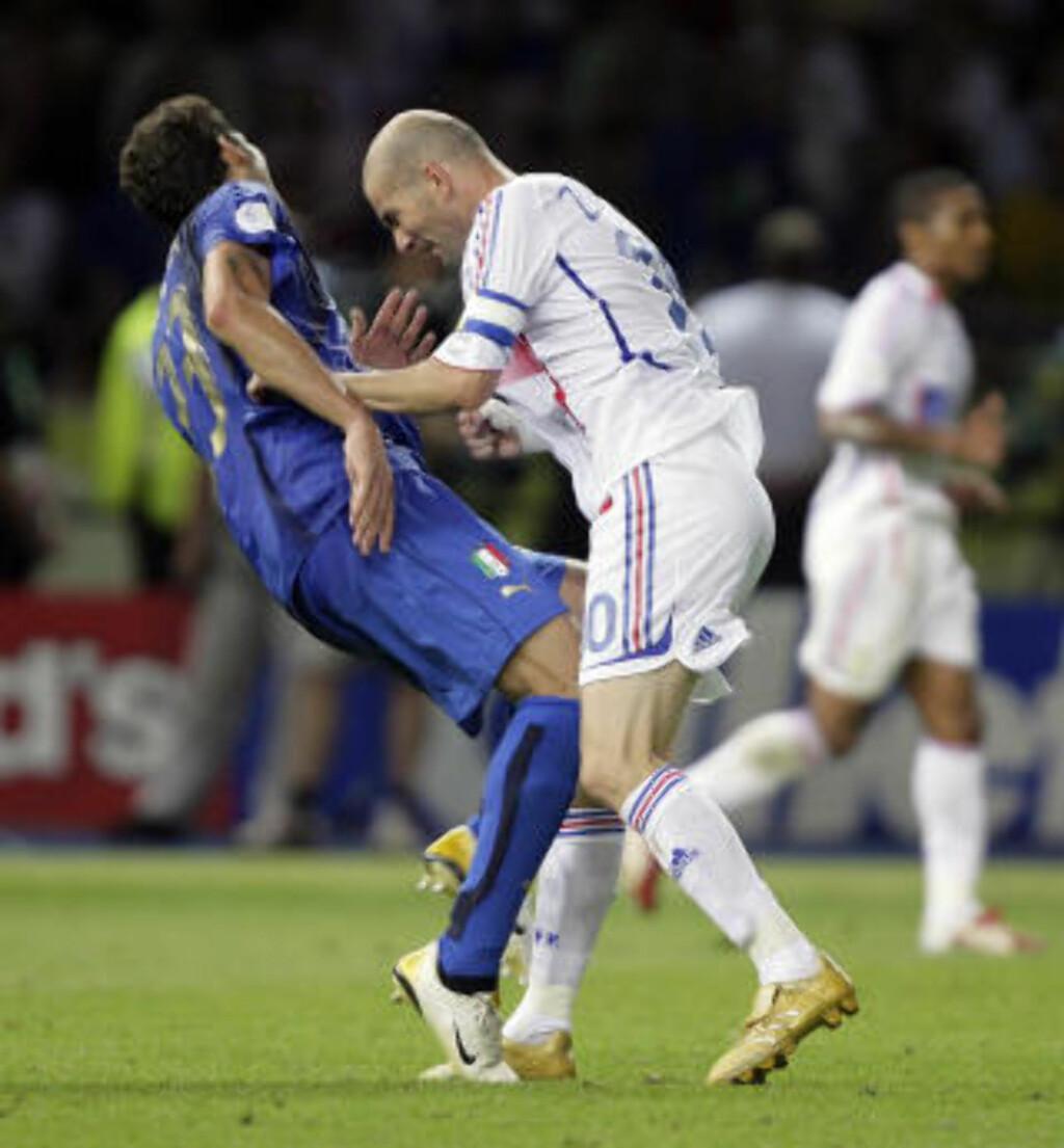 BRYSTKLYPING: Marco Materazzi skal ha vridd god og fornærmet Zinedine Zidane før skallen kom. Foto: REUTERS/Peter Schols/