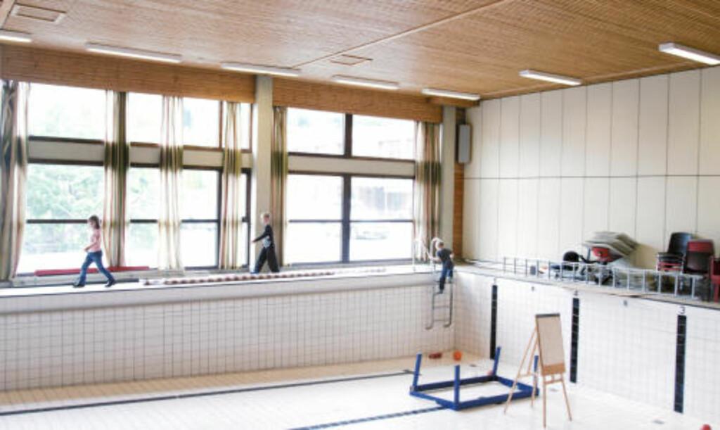 T?rrskodd forlater elever skolens basseng FOTO: Erik Hattrem ...