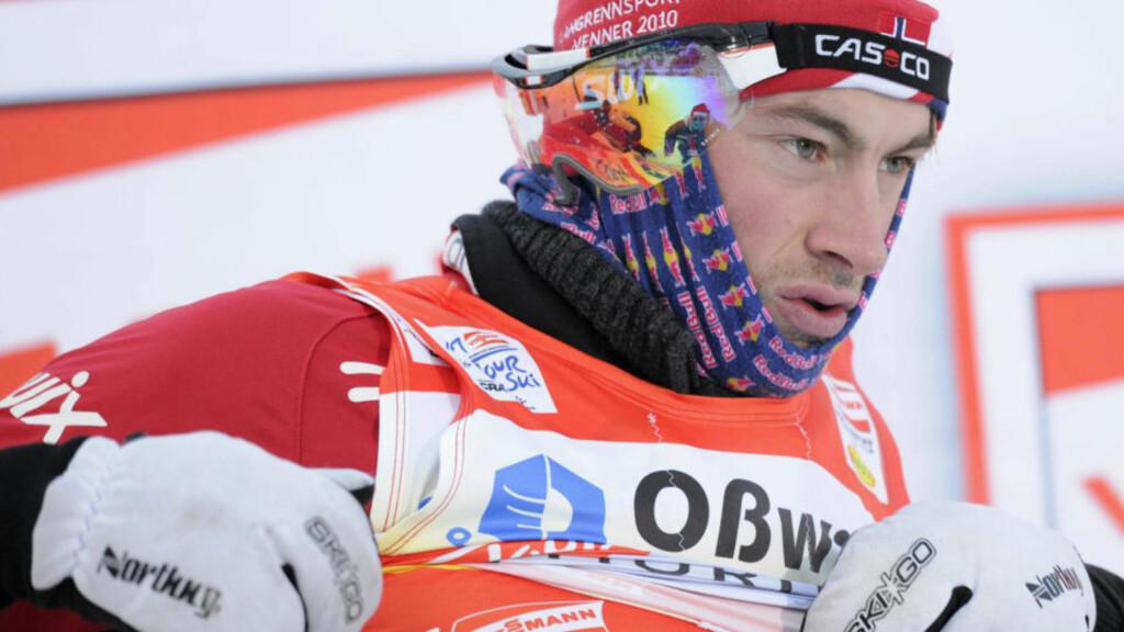 BRUKTE SPONSORHALS: Petter Northug hadde ikke lov til å bruke Red Bull-plagg eller drikkeflasker forrige sesong. Her under Tour De Ski. Foto: AFP/DDP/ JENS-ULRICH KOCH