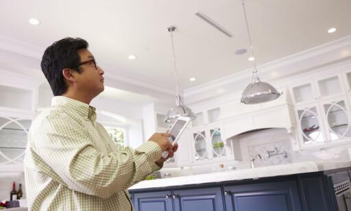 SMART STYRING: Med smarte led-lamper kan du styre lysene fra for eksempel mobilen. Men det koster, i form av ekstra strøm. Foto: NTB Scanpix