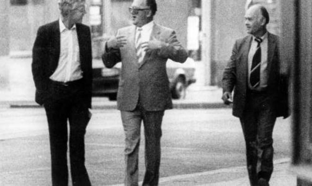 HAR ALLTID BENEKTET Å VÆRE SPION: Arne Treholt sa i rettssaken i 1985 at det var møtene med KGB som var snuskete, ikke dokumentoverleveringen. Dette bildet som riksadvokaten sendte ut i forbindelse med avsløringen av Arne Treholt i 1984 viser Treholt i samtale med de russiske agentene Gennadij Titov og Aleksandr Lopatin på gata i Wien 20. august 1983.  Foto: Overvåkningspolitiet / NTB Pluss arkiv