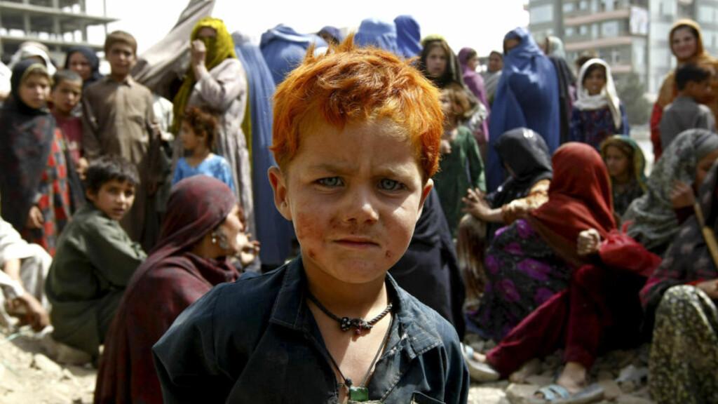 FARLIG NØDHJELP:  En internt fordrevet gutt venter i kø på hjelp fra Islams hjelpeorganisasjon i Kabul i august. Lekkasjer fra Wikileaks viser at hjelpearbeiderne i Afghanistan har en farlig hverdag. Foto: REUTERS/Omar Sobhani