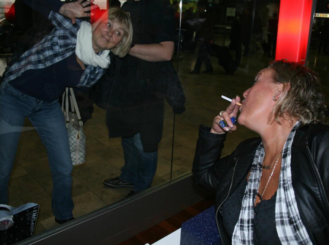 RØYKFRI: Nansy begynte å røyke i 12-årsalderen, og siden da har hun røyket ca 30 sigaretter om dagen. Nå har hun stumpet røyken og må stå på utsiden av røykerommet når Lisbeth tar røykepauser. - Det har ikke vært noe problem i det hele tatt, Foto: Anders Myhren/ Seher.no