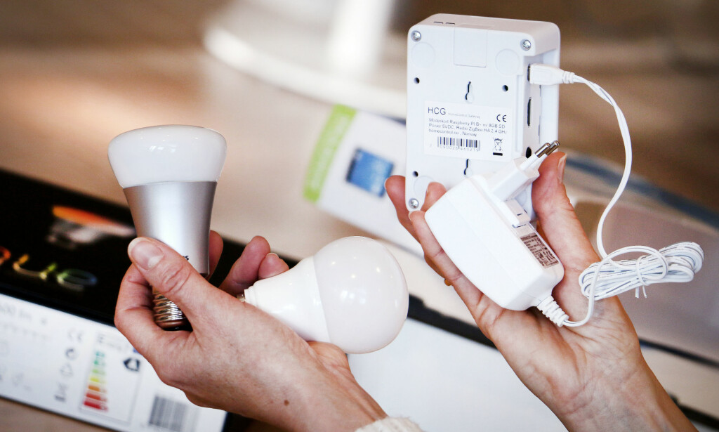 TEST AV SMARTE LED-LAMPER: Smarte led-lamper kan gjøre mye mer enn å lyse. Men de bruker også strøm når de er i standby-modus, og bruker dermed til dels mye mer strøm enn en vanlig led-lampe. Foto: Ole Petter Baugerød Stokke