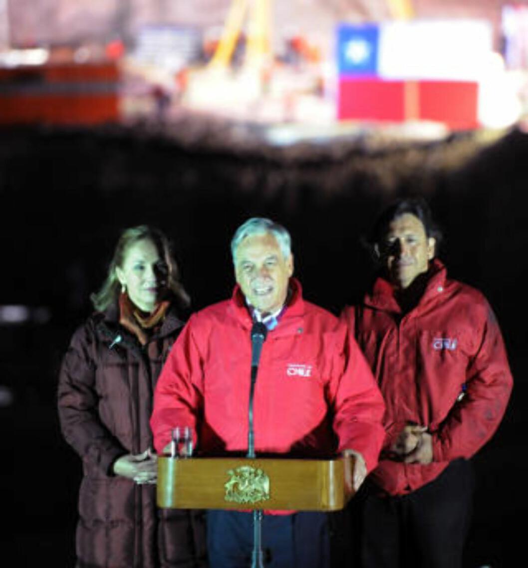 <strong>TALTE:</strong> Sebastian Pinera, Chiles president, taler til hele verden etter den imponerende redningsaksjonen. Foto: AFP