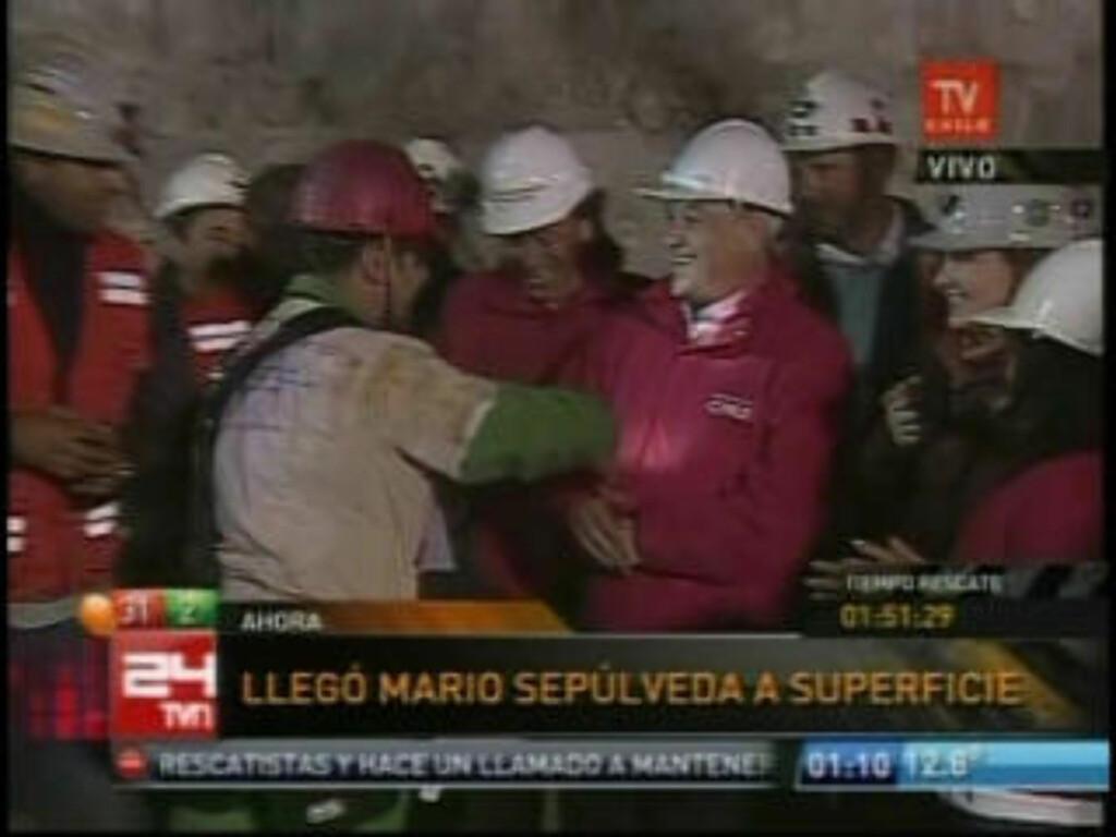 HUMOR: Mario Sepulveda skapte stor stemning da han overrakte stein til redningsarbeiderne - og presidenten. Foto: AFP