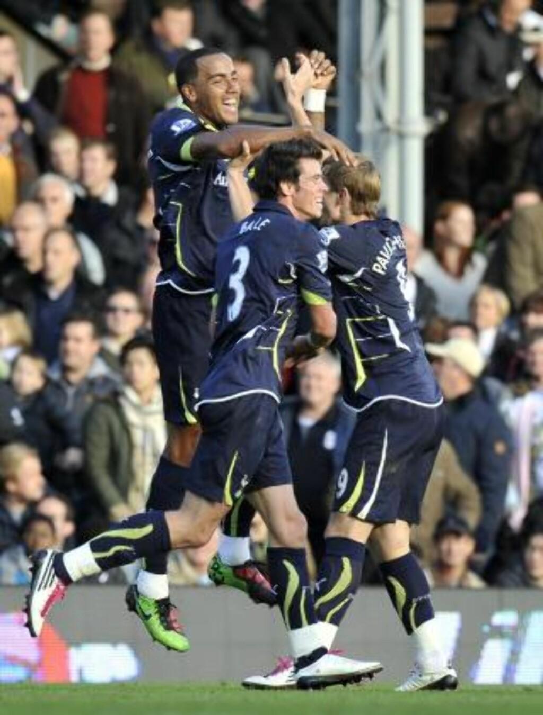 FEIRET: Tom Huddlestone og Tottenham-spillerne jubler etter å ha snudd kampen mot Fulham. Foto: Scanpix