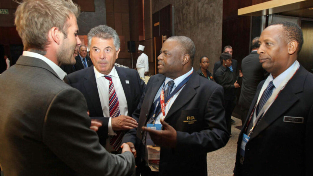 <strong>KNYTTES TIL KORRUPSJON:</strong> Den nigerianske Fifa-toppen Amos Adamu lovet støtte til den amerikanske VM-søknaden i bytte mot finansiering av et privat prosjekt i møte med journalister fra Sunday Times, som utga seg for å være lobbyister. Her hilser han på Englands VM-ambassadør David Beckham i Sør-Afrika i sommer.Foto: SCANPIX/AFP PHOTO / HO / ENGLAND 2018 WORLD CUP BID
