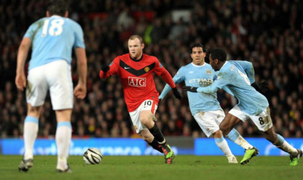 UTENKELIG? Carlos Tevez ble en hatet mann på Old Trafford da han valgte å bytte farger til lyseblått. Nå faller oddsen for at Wayne Rooney skal gjøre det utenkelige - det samme.Foto: SCANPIX/AFP/PAUL ELLIS