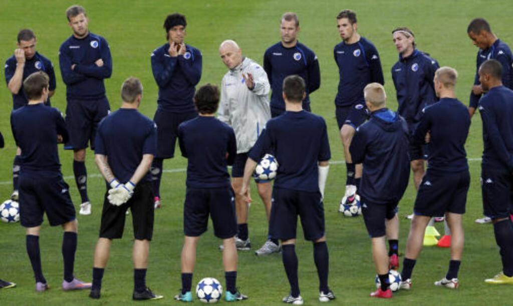 SISTE FINPUSS: Ståle Solbakken snakker til spillerne sine foran gårsdagens FCK-trening på Camp Nou. Foto: Albert Gea, Reuters/Scanpix