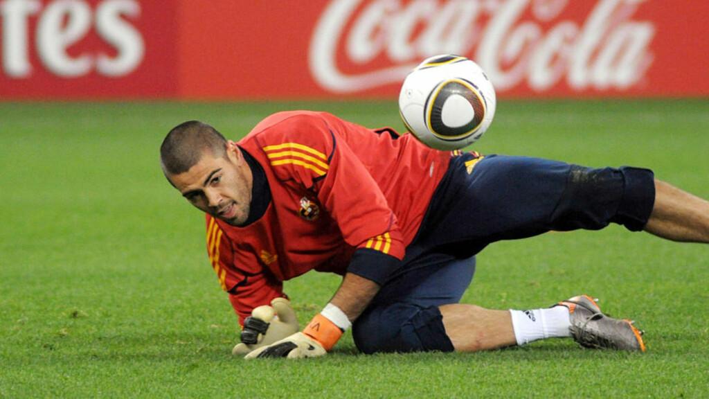 STÅR OVER MOT STÅLE: Victor Valdes vokter ikke Barcelona-målet mot FCK i kveld. Han ble sjuk i natt.  Foto: Rodger Bosch, AFP/Scanpix