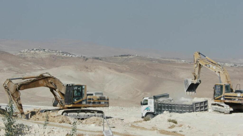 UTVIDER PÅ OKKUPERT OMRÅDE : Israelske gravemaskiner jobber for å bygge flere israelske hus i bosettingen på Vestbredden i 2008. Etter en midlertidig stans i utbyggingen tidligere i år, er nå flere nye boliger under oppføring igjen, ifølge en israelsk organisasjon. Foto: Yngvil Mortensen.