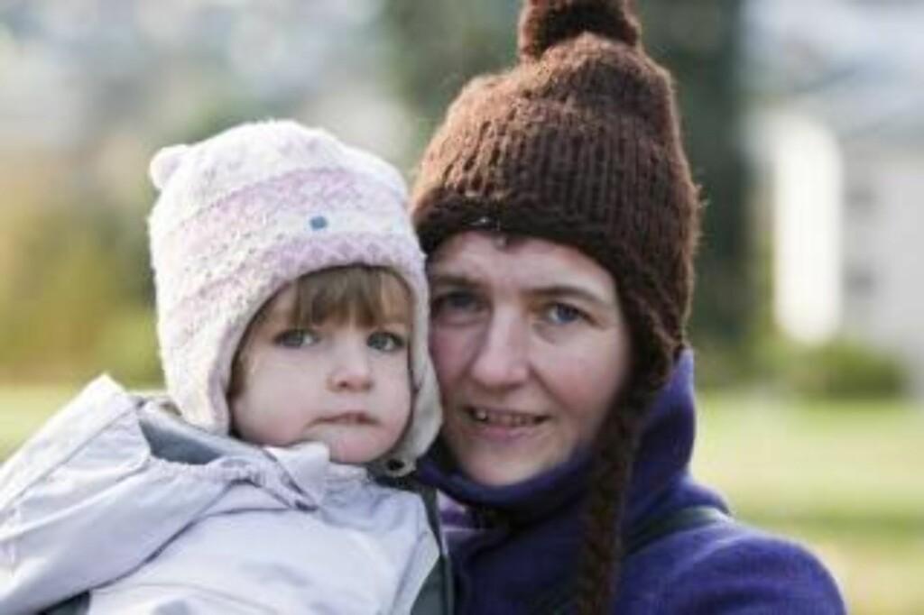 GOD MENIGHET: Inger Skarvøy og datteren Karen (2) synes Vålerenga menighet er god, og støtter presten  FOTO: PER FLÅTHE