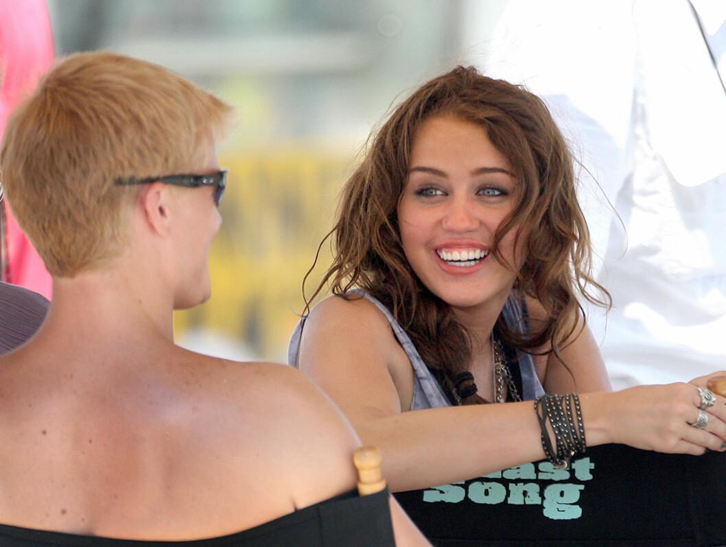 INGEN FIKSING: Miley Cyrus skal verken fikse hår, tenner eller andre ting ved utseendet. Det har faren bestemt.  Foto: All Over Press