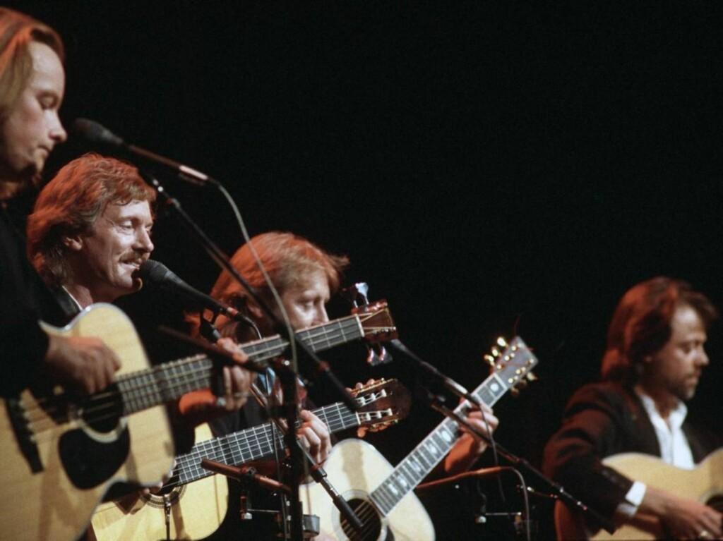 """SUKSESS: Jan Eggum, Øystein Sunde, Halvdan Sivertsen og Lillebjørn Nilsen hadde på 80- og 90-tallet stor suksess som """"Gitarkameratene"""". Her er de under en konsert i 1993.  Foto: SCANPIX"""