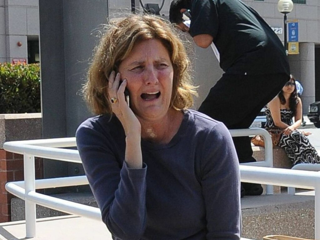 I TÅRER: Hen kvinnelig tilhenger har brutt sammen utenfor UCLA Medical Center hvor Michael Jackson ble erklært død sent torsdag norsk tid. Foto: All Over Press