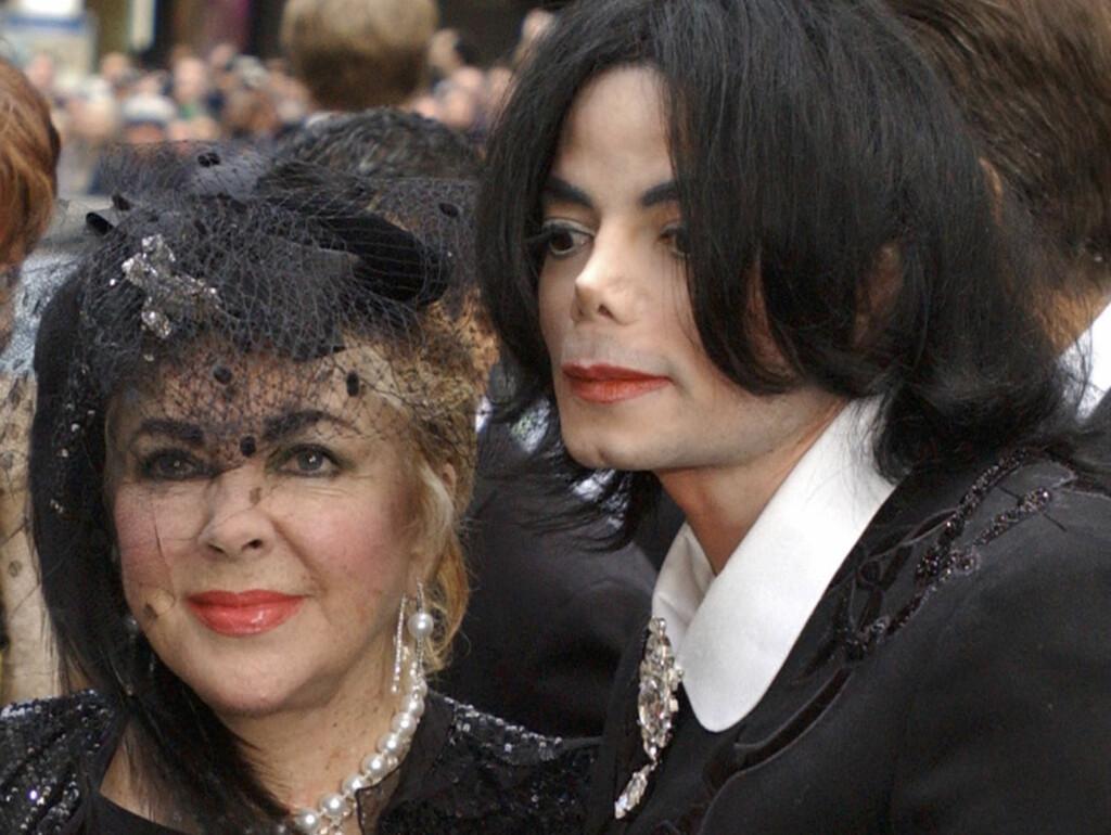KNUST: Elizabeth Taylor er for nedbrutt til å snakke om tapet av sin venn Michael Jackson. Her er de to fotografert sammen på Jacksons i New York i forbindelse med Liza Minellis bryllup. Foto: AP