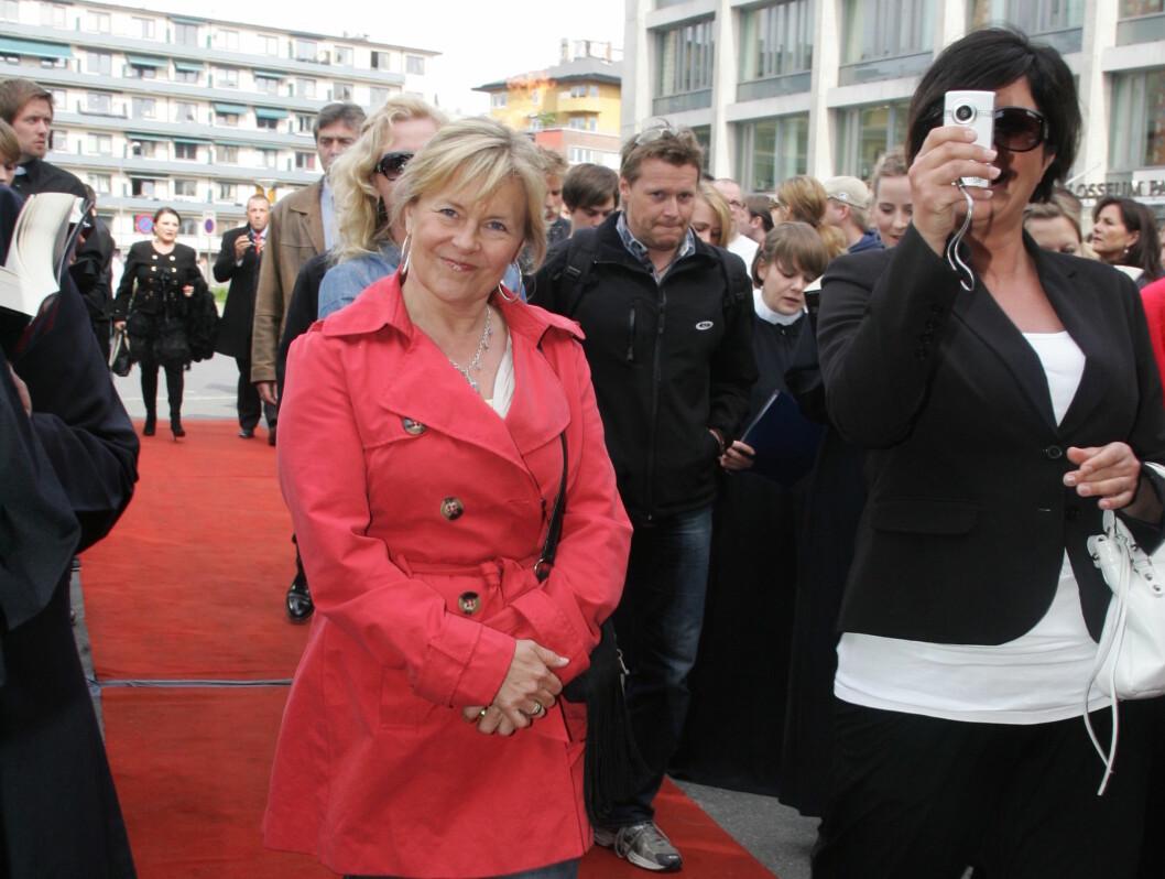 FRA MOSKVA TIL KINO'N: En kinoklar Elisabeth Andreassen smilte til fotografene da hun ankom. Til høyre: Trine Grung. Foto: Stella Pictures
