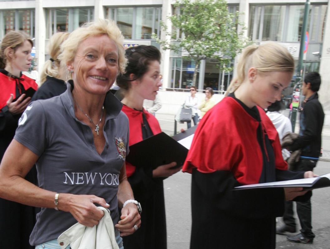 BØ! Anette Bøe var i godt humør da hun gikk på den røde løperen. Foto: Stella Pictures