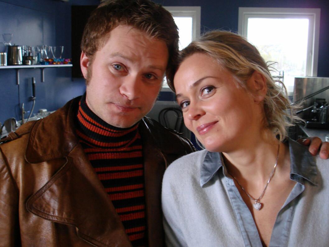 DØD ELLER LEVENDE? Om Kim, spilt av Edward Schultheiss (til venstre), er død eller levende er lurer 1,3 millioner nordmenn på.  Foto: NRK