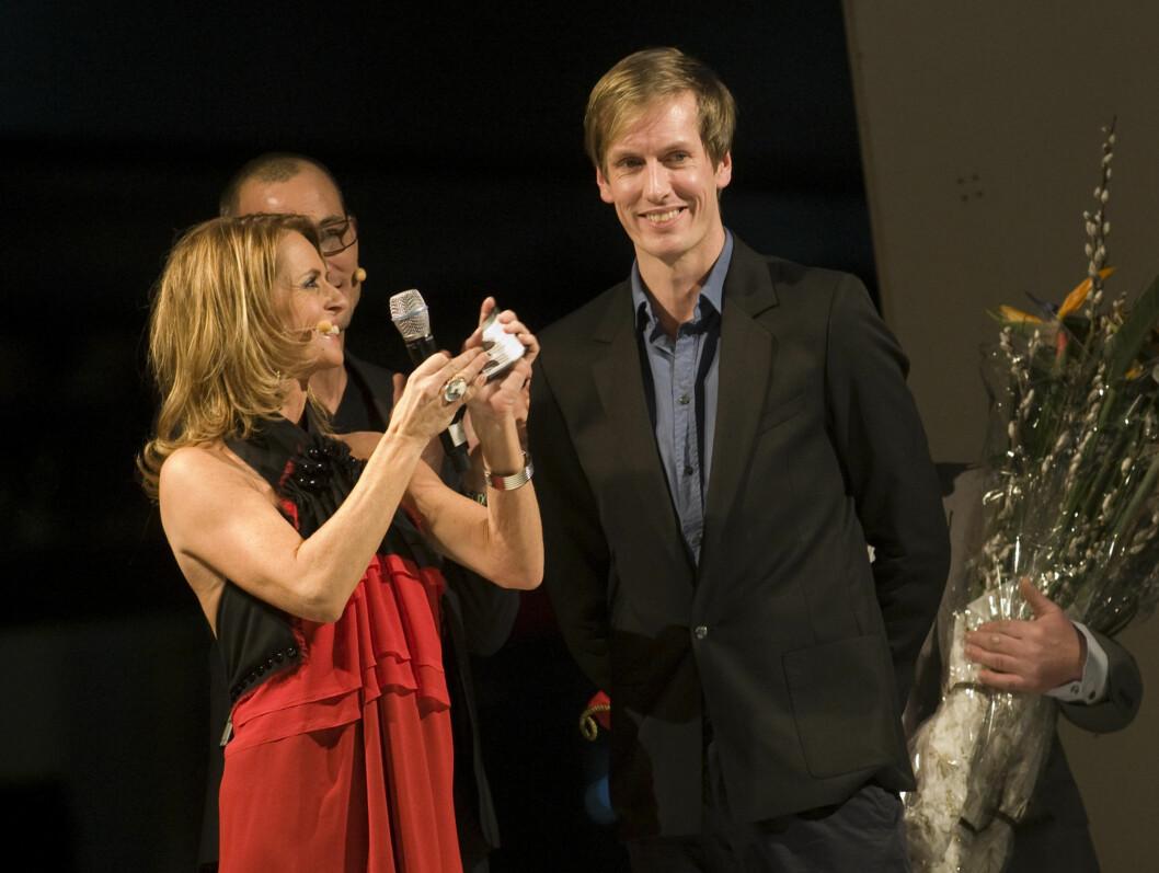 PRISVINNER: Ellen Arnstad deler ut Nåløye-prisen til sjefsdesigner Per Åge Sivertsen i Fin under Oslo Fashion Week.  Foto: SCANPIX