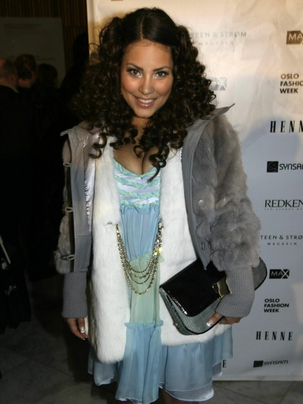 PÅ FEST: Popartisten Mira Craig var på plass under åpningen av Oslo Fashion Week. Foto: SCANPIX