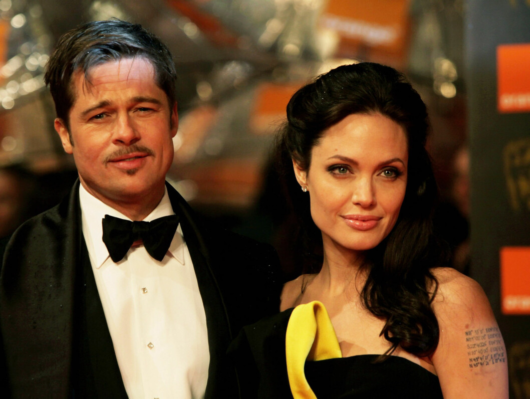 MED BART: Brad Pitt lar barten gro, og Angelina er åpenbart fornøyd med hans nye Clark Gable-look... Foto: All Over Press