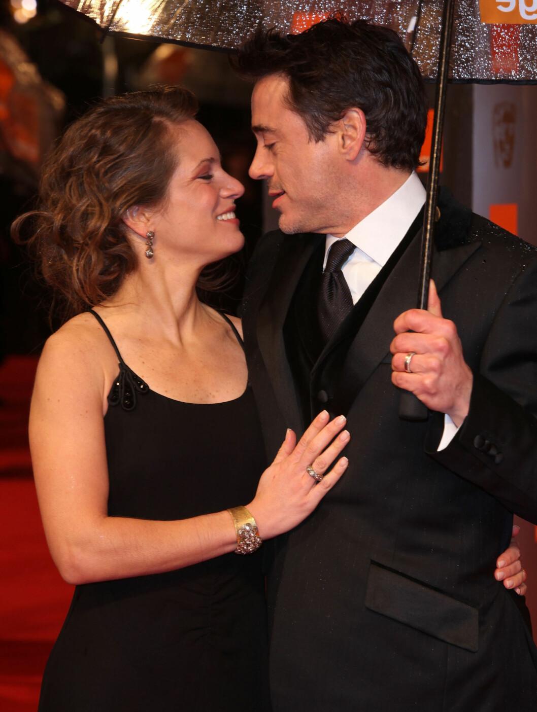 FORELSKET:  Robert Downey Jr. vil kysse kona Susan. Han gir henne æren for at han har kuttet ut sprit og kokain. Foto: All Over Press