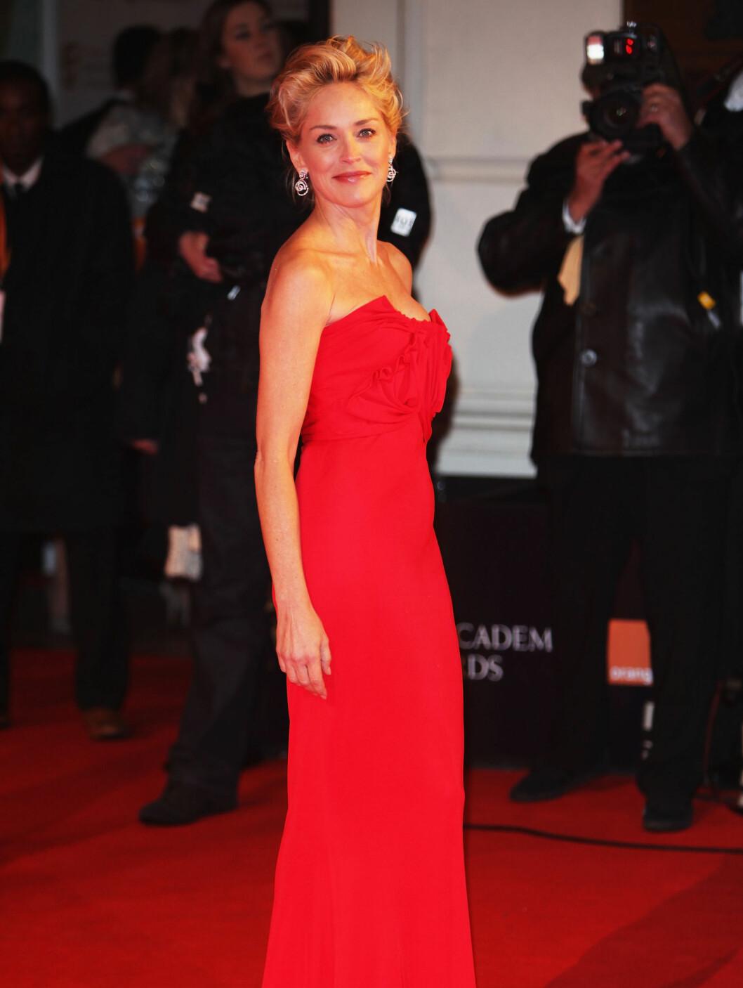 LADY IN RED:  Sharon Stone strålte i rød Galliano-kjole på den røde løperen. Foto: All Over Press