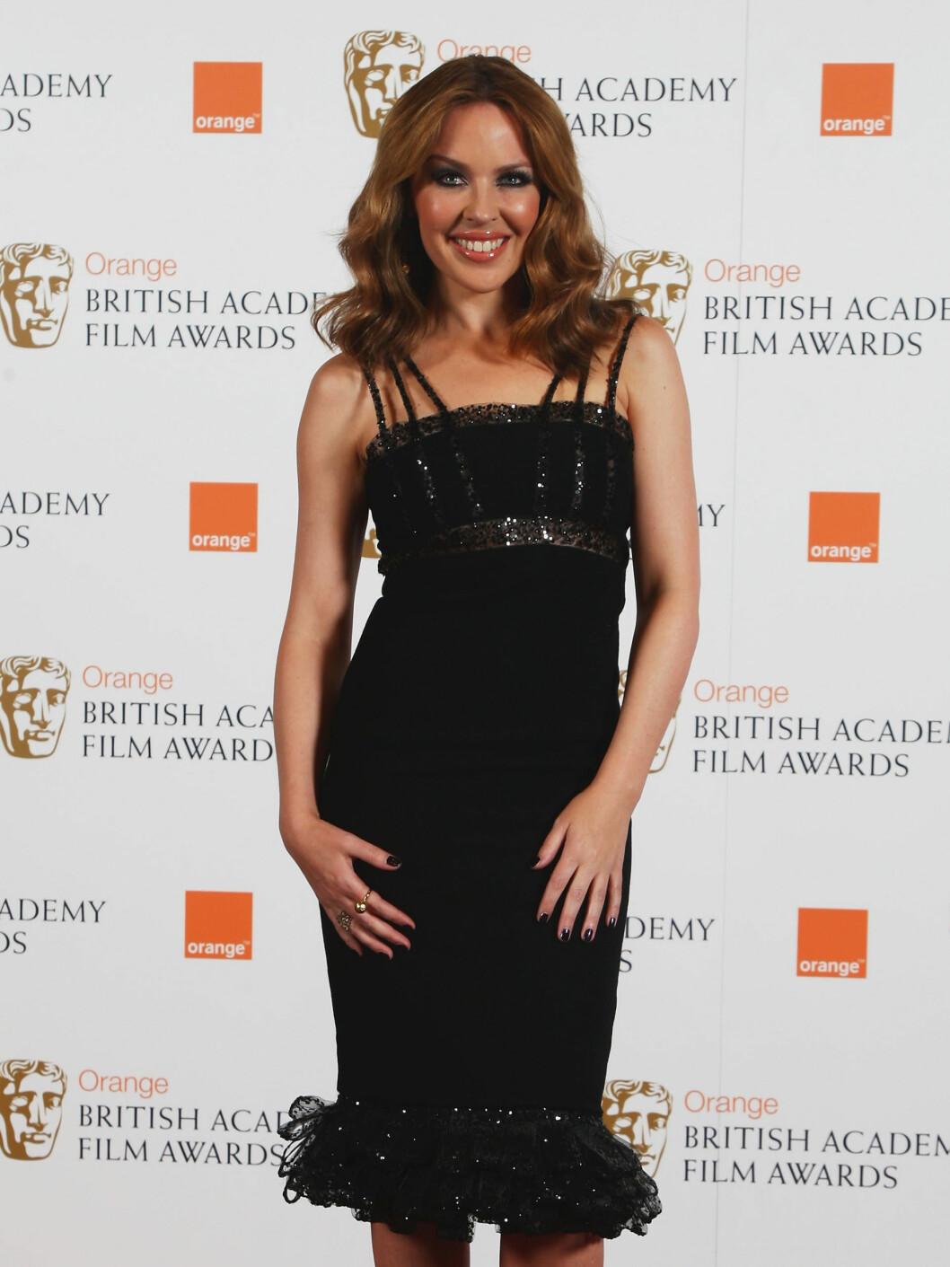 FLOTT: Kylie Minogue kom alene på BAFTA. Foto: All Over Press