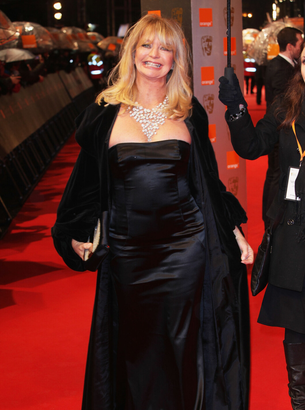 BLID: Goldie Hawn kom uten ektemannen og viste stolt frem formene! Foto: All Over Press