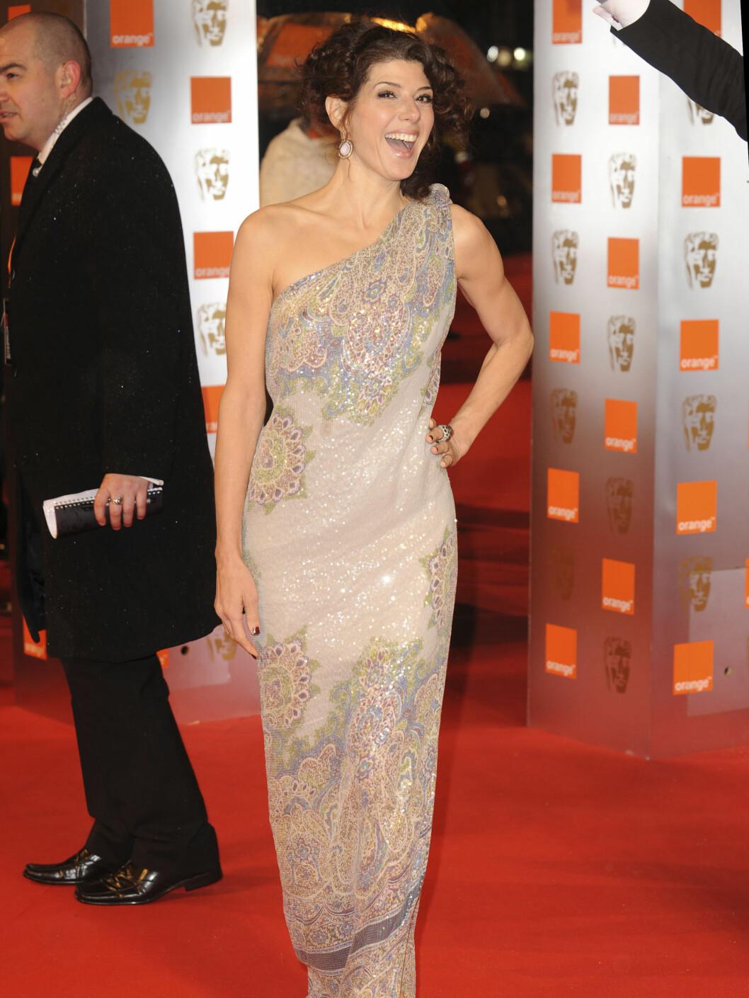 NYDELIG KJOLE: Marisa Tomei i en kjole fra Etro var i svært godt humøt på BAFTA. Foto: All Over Press