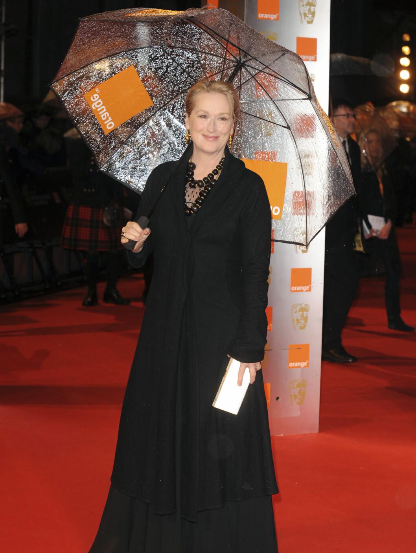 MARY POPPINS: Meryl Streep med paraply i London-regnet. Foto: All Over Press