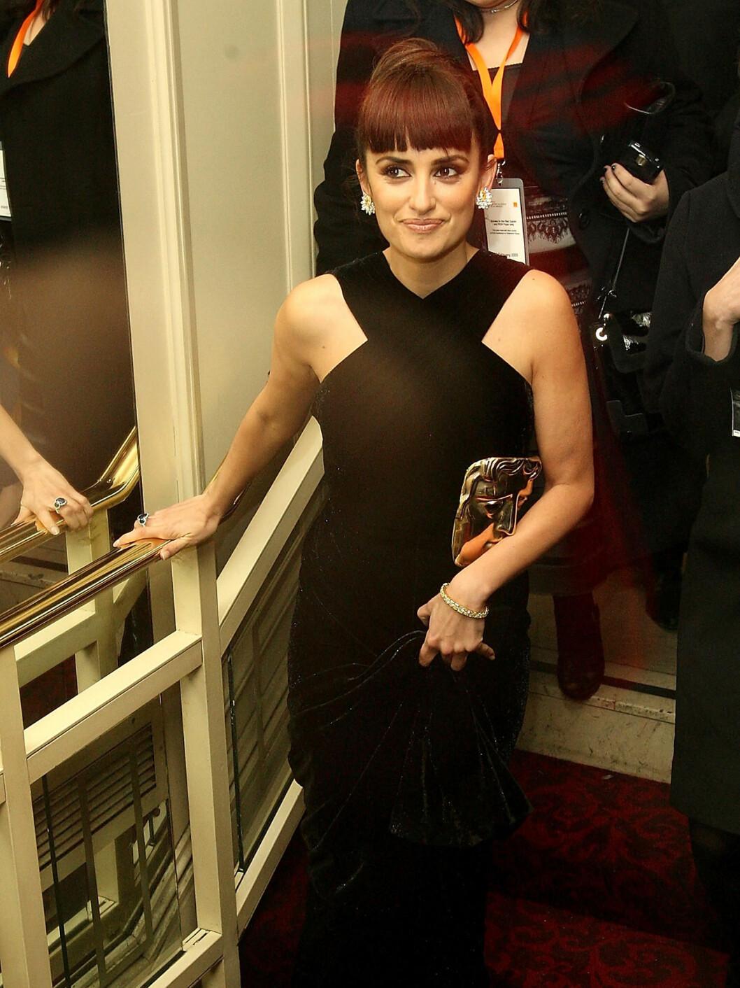 SENORITA: Penelope Cruz fikk også pris i London. Kjole fra Azzedina Alaia. Foto: All Over Press