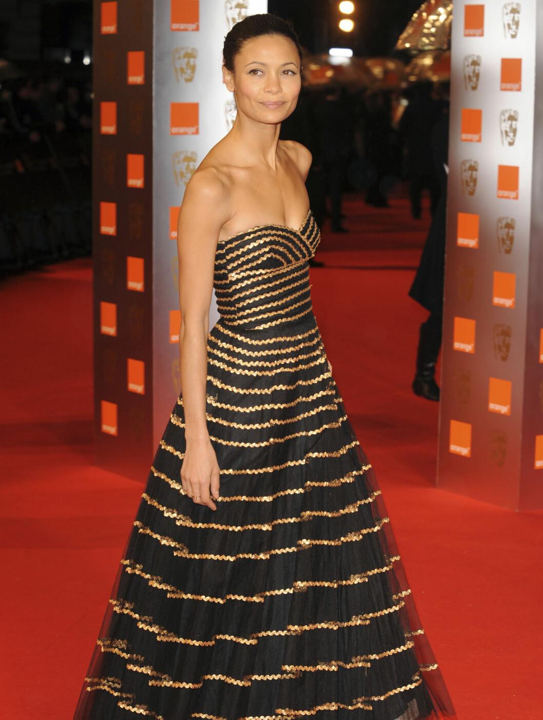 STRIPER: Thandie Newton i en kjole som ga henne mye oppmerksomhet. Foto: All Over Press