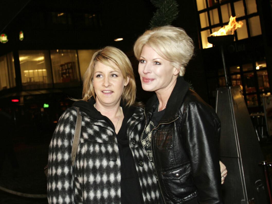 PREMIEREKLAR: Anne-Kat. Hærland kom sammen med venninnen Therese Heyerdal. Foto: Kirsti Irgens Ertsås