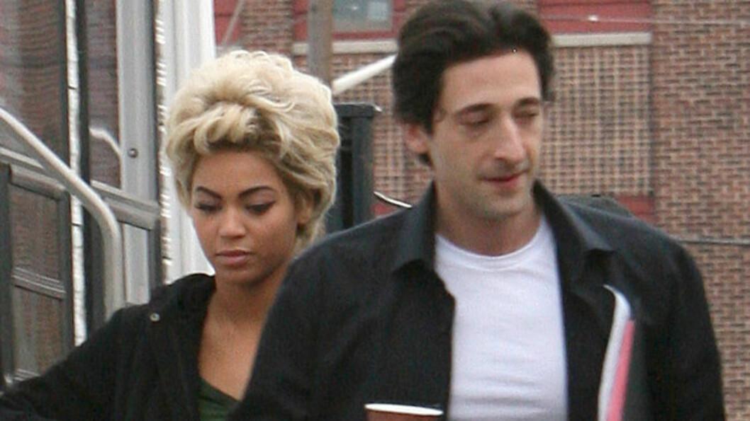 SNAUKLIPT: Beyoncé Knowles og Adrien Brody spiller sammen i 50-tallsfilmen Cadillac Records. Her er de på vei til settet sammen. Foto: All Over Press