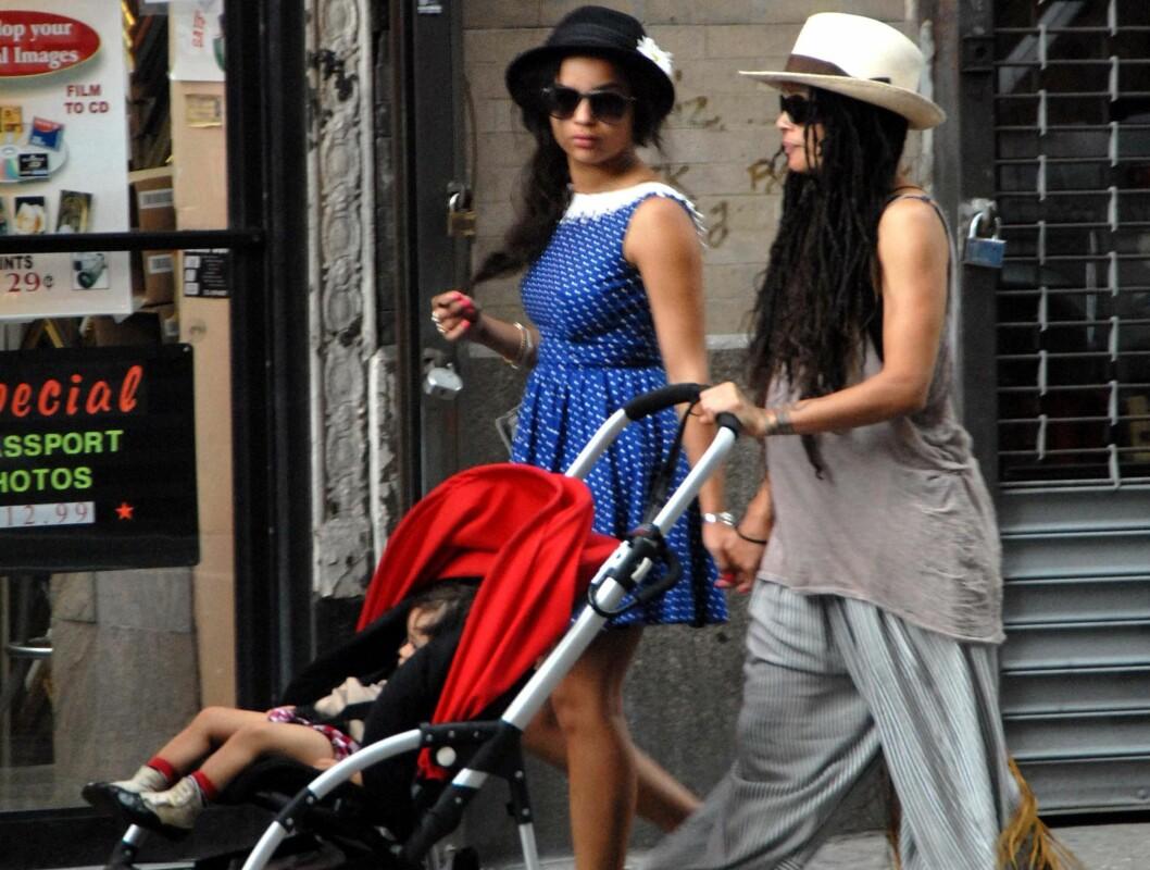 <strong>TRAVEL MAMMA:</strong> Gravide Lisa Bonet ute på tur med 14 måneder gamle Lola og 19-åringen Zoe. Foto: All Over Press